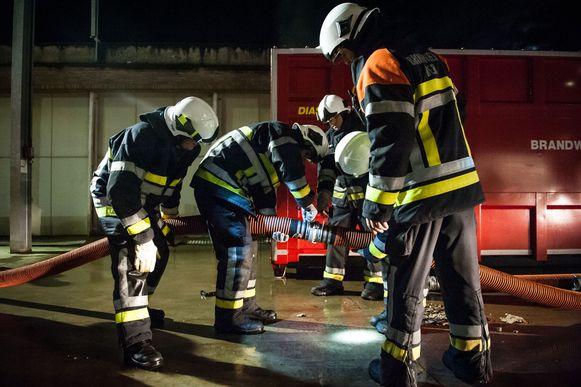De brandweer in actie bij een oefening op het bedrijf Artilat in Nijlen.