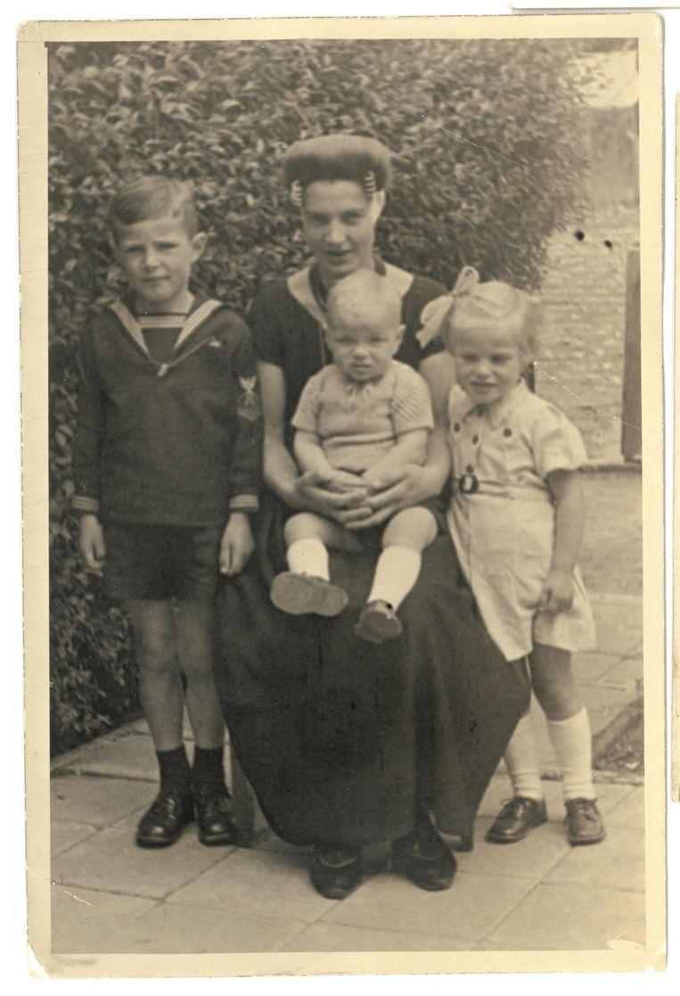 Maria met haar drie kinderen in 1946. Beeld .