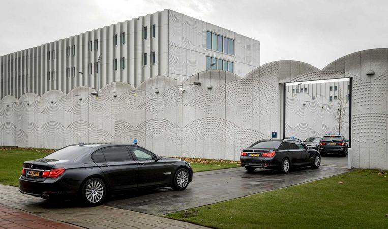 Wilders komt aan bij de zwaarbeveiligde rechtbank op Schiphol. Beeld anp