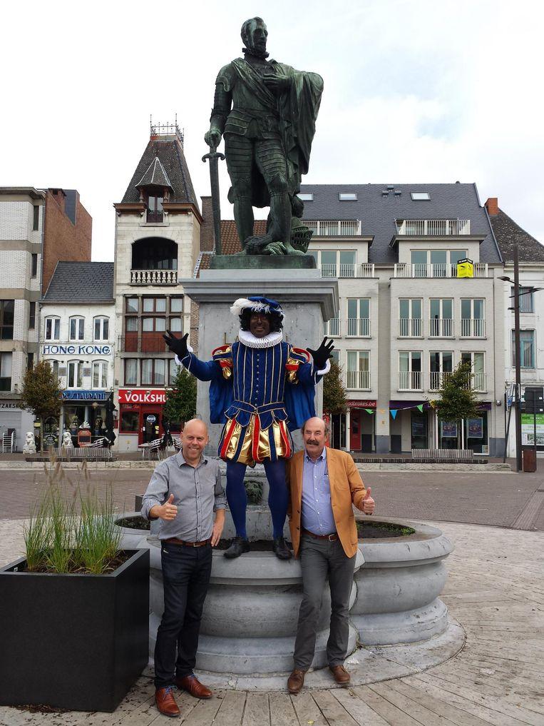 Schepen De Loor (links) kijkt samen met Zwarte Piet al uit naar het Sinterklaasfeest.