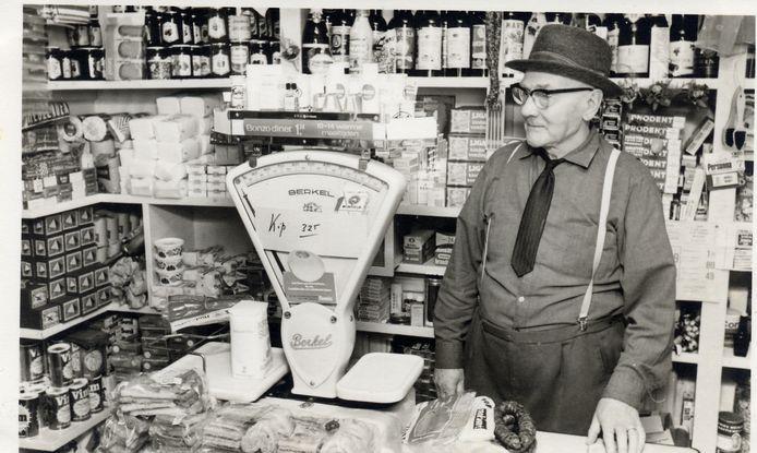Aan de Bisschopsweg 46, vlak bij de Arnhemseweg, was tussen 1945 en 1973 het buurtwinkeltje van G. Pot gevestigd. Op de foto staat hij, met zijn hoed op, achter de toonbank. Zijn winkel was volgepropt met zoveel mogelijk artikelen, van pannensponsjes tot rookworsten.