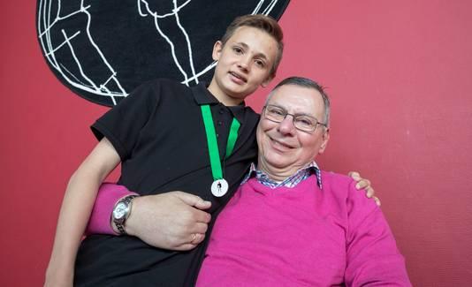 Cas met zijn opa Chris.