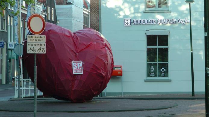 De SP Delft heeft in het kader van de verkiezingscampagne voor de Europese verkiezingen het kunstwerk 'het blauwe hart' in het centrum van Delft rood ingepakt