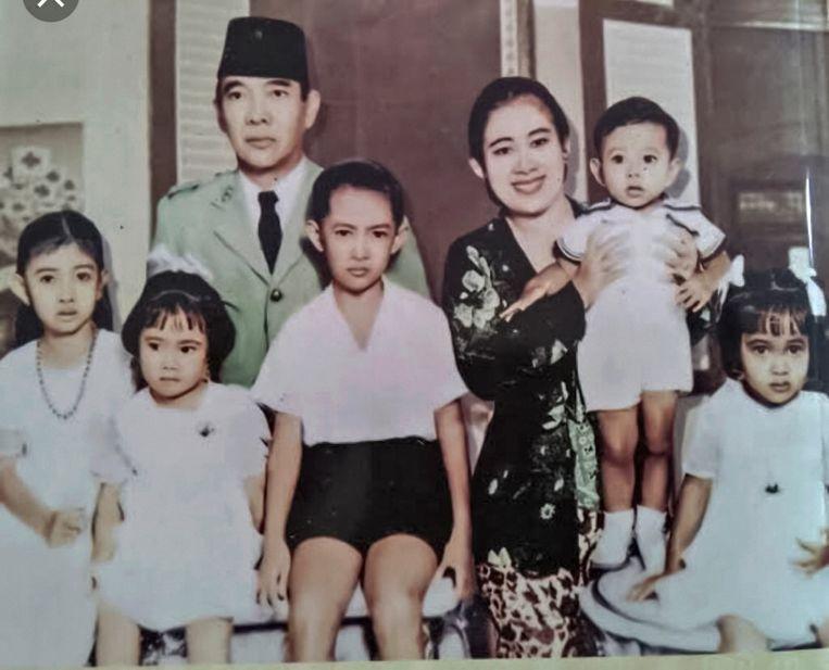 De familie Soekarno met Guruh Soekarnoputra in de armen van zijn moeder Fatmawati. Links zijn zus, oud-president Megawati Soekarnoputri. Beeld Nikola Drakulic
