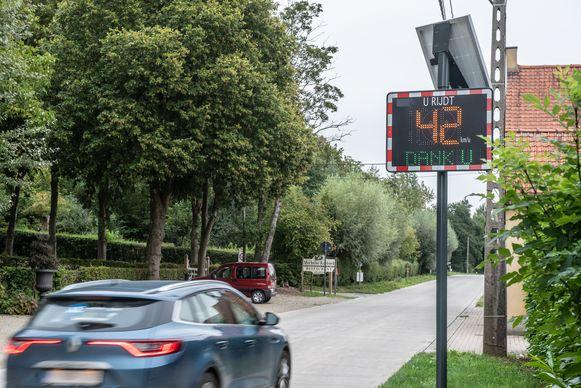 Deze auto houdt zich netjes aan de snelheidslimiet, maar bijna de helft van de chauffeurs doet dat niet.