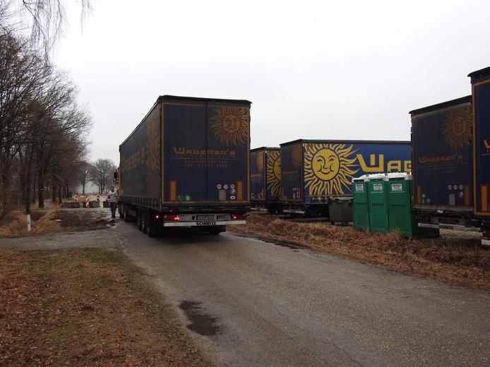De vrachtwagens staan geparkeerd in Eersel