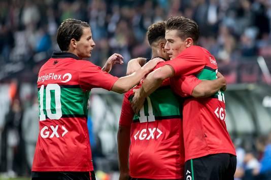 Joey Sleegers (links, 10) vervangt Ferdi Kadioglu in de basis bij NEC.