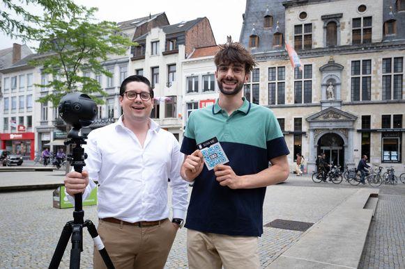 Guillaume Clerens en Maxim Cvetkovic organiseren een virtuele schattenjacht, met op de achtergrond het onderwerp van hun eerste raadsel.