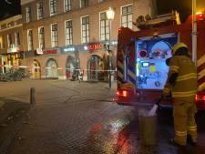 Brandweer forceert deur om brand naast Arnhems sushirestaurant Sumo te blussen