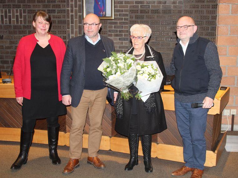 Cultuurraadvoorzitter Anmie Geeraerts, burgemeester Hugo De Waele en schepen Johan Van Vaerenbergh overhandigden Liliane Slagmulder twee ruikers bloemen.