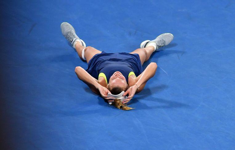 Caroline Wozniacki zakt op de grond na haar winst bij de Australian Open. Beeld AFP