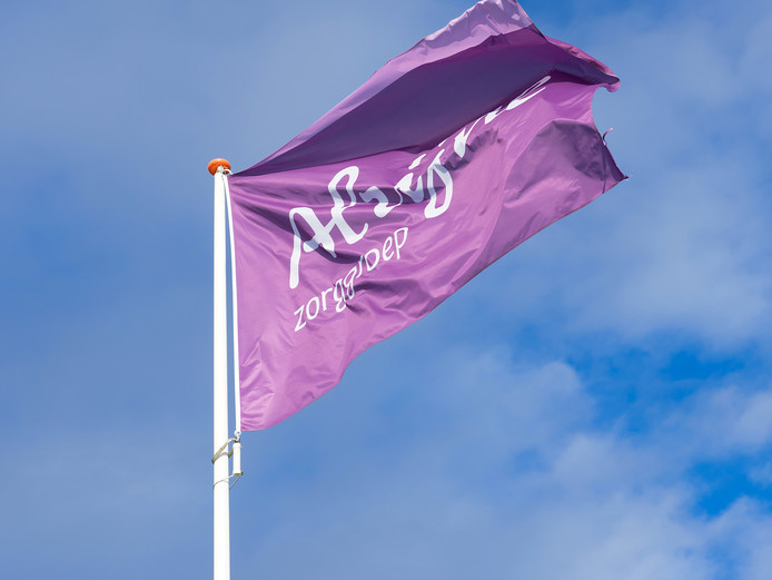 De vlag van Alrijne Zorggroep in Alphen.