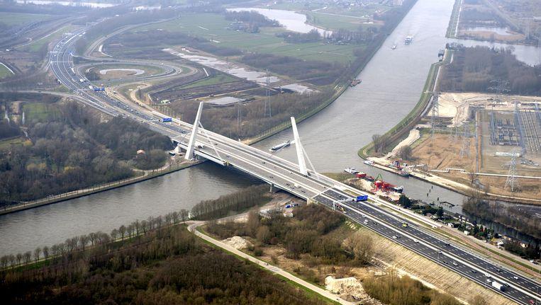 Luchtfoto van de Muiderbrug en knooppunt Muiden uit 2011 Beeld anp