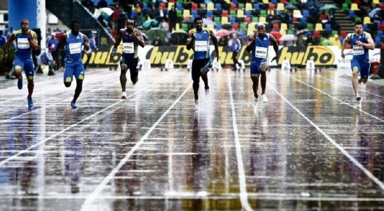 In de druipende regen lopen de mannen de 100 meter. Churandy Martina, derde van links, zou de afstand winnen, in een tijd van 10,15. Mede door het weer kwam hij niet in de buurt van de 9,97, die hij vorig jaar in Hengelo liep. (FOTO VINCENT JANNINK, ANP) Beeld