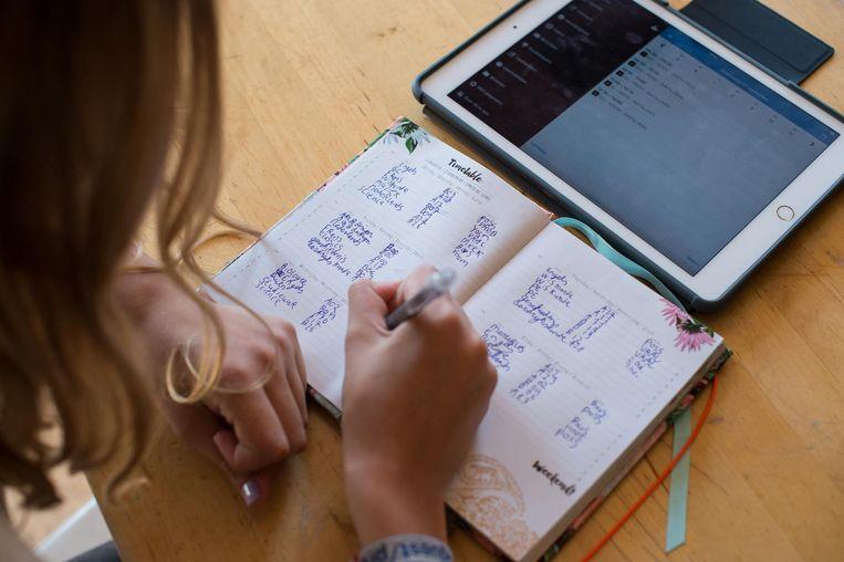 Lieve leert vandaag hoe ze moet omgaan met de iPad Beeld Mats van Soolingen