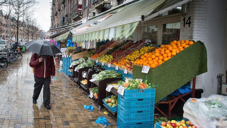 In de Javastraat zitten maarliefst elf groentewinkels Beeld Mats van Soolingen
