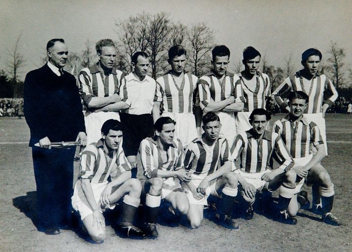Het elftal van Wageningen dat in 1948 de KNVB-beker won.