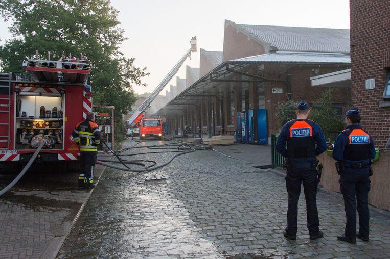 Twee praktijklokalen van PTS liepen grote brandschade op. Een deel van het dak moest opengebroken worden om de rook te laten ontsnappen.