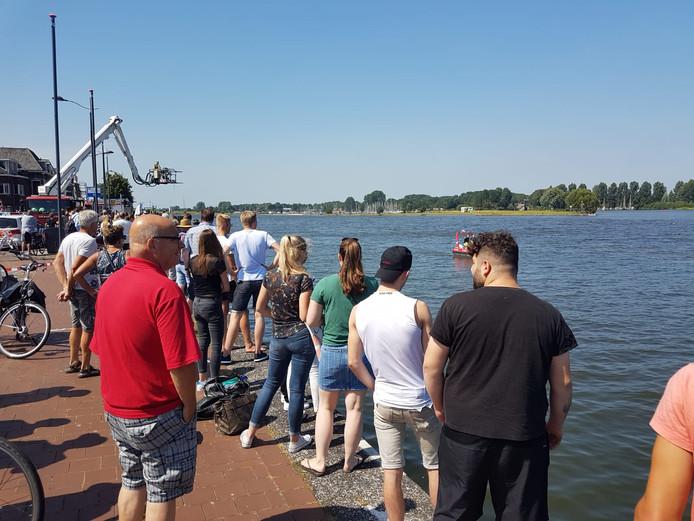 De brandweer zoekt in de IJssel bij Kampen naar een persoon die er te water is geraakt.