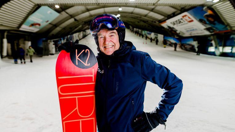 Jan-Willem Verhoeff is 76 jaar oud en nog lang niet van plan te stoppen als snowboardleraar. Beeld Marco de Swart