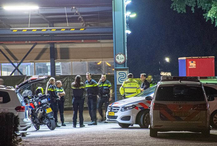 De politie valt binnen in een loods in Vianen, waar ze de achtervolgde Mercedes vinden.