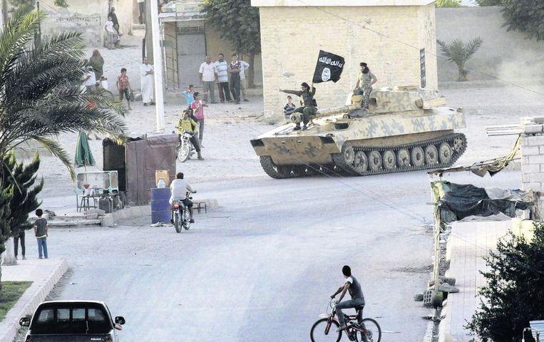 Strijders van Islamitische Staat paraderen door Raqqa. Beeld reuters