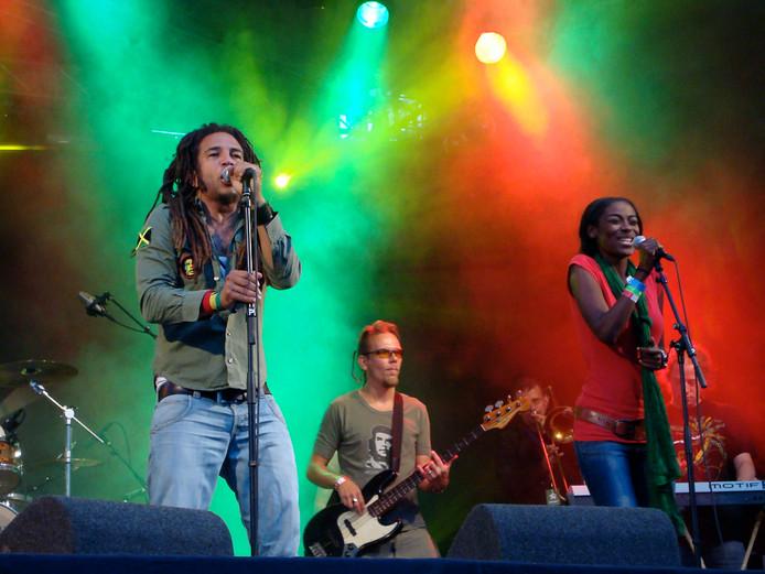 De reggaeformatie Rootsriders met als leadzanger Philip 'Junior' Dagla.