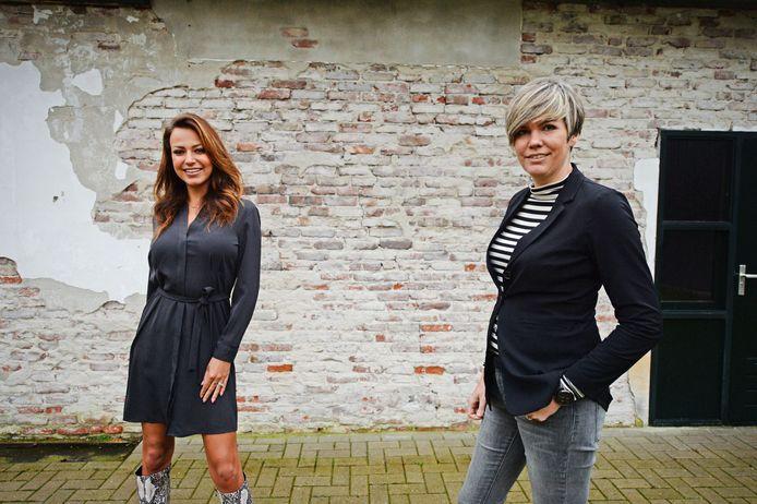 Model Rosanne Jager (links) helpt eigenaresse Annemiek van Klinkhamer Mode bij het tonen van de nieuwste collecties kleding zodat klanten online alvast hun keuze kunnen maken.
