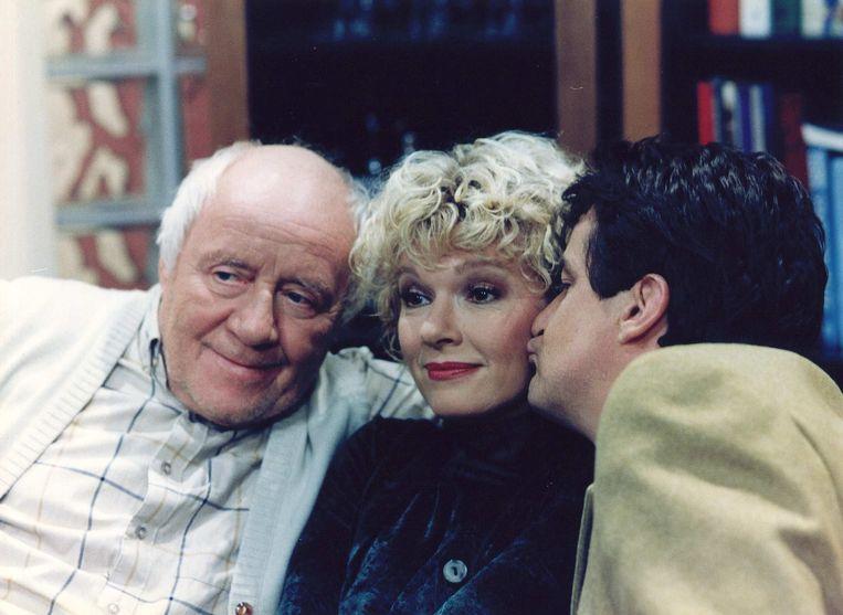 Martine Bijl met John Kraaijkamp sr. en Johnny Kraaijkamp jr. in Het zonnetje in huis. Beeld ANP