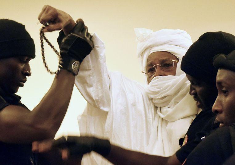 De Tsjadische oud-dictator Hissène Habré met zijn beveiligers Beeld anp