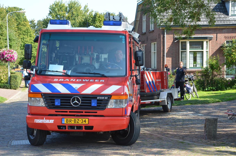 De brandweer is Steenderen is sinds zondagmiddag 2 september bezig om vissterfte te voorkomen in de Molenkolk.