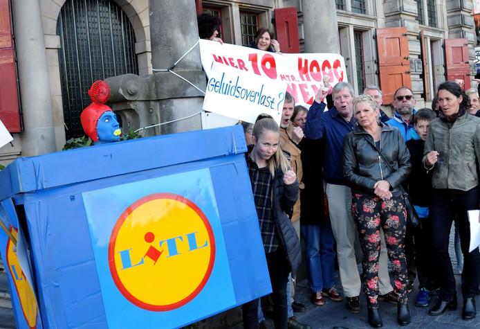 Binnenstadbewoners protesteren bij het Delftse stadhuis tegen de komst van een Lidl-supermarkt aan de Kruisstraat.