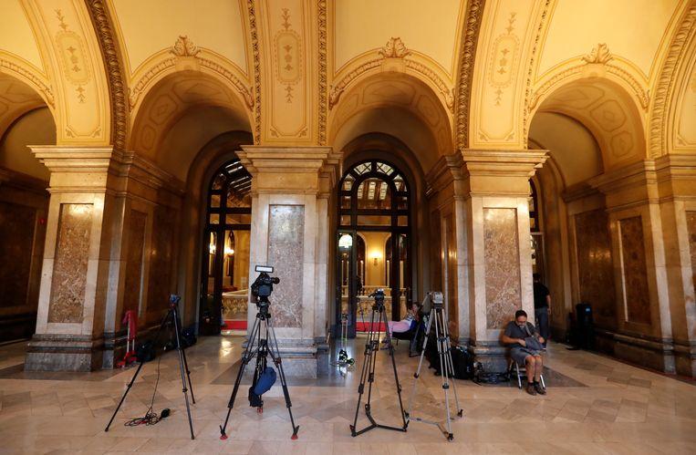 Journalisten wachtend bij het Catalaanse parlement. Beeld REUTERS