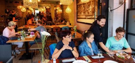 Nuchter plezier van koks en bediening in restaurant MikMak werkt aanstekelijk
