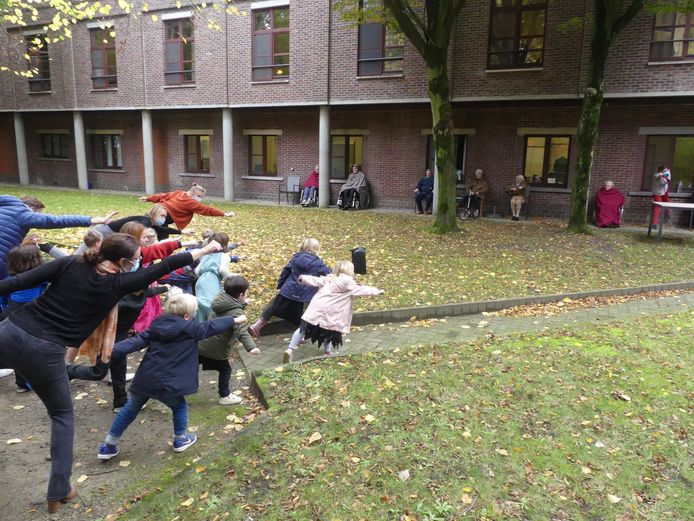 Op veilige afstand deden de kleuters van De Boomhut enkele dansjes zoals 'de superman'.