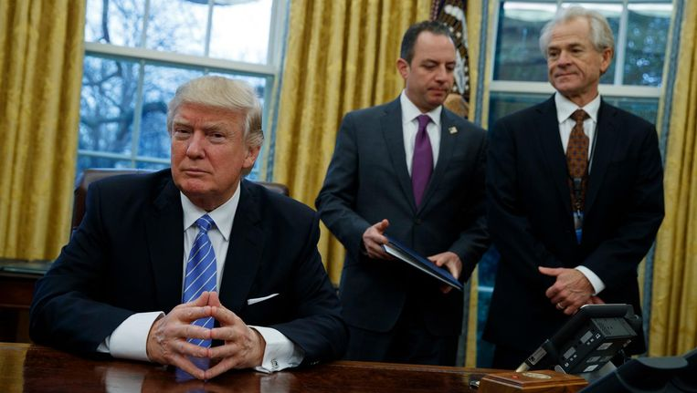 V.l.n.r.: Donald Trump, stafchef Reince Priebus en hoofd van de nationale handelsraad Peter Navarro. Beeld ap