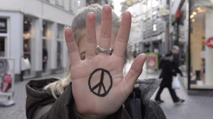 NHTV-studenten vormen zaterdag een groot levens peace-teken op de Grote Markt in Breda.