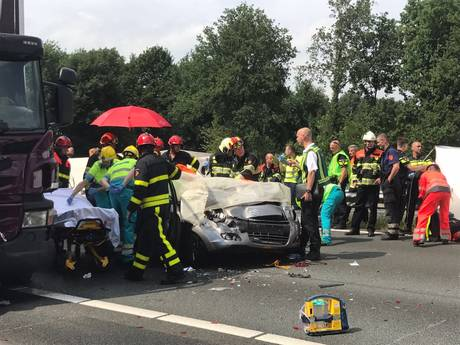 Twee gewonden in auto die tussen bus en vrachtwagen belandde op A58 bij Oirschot