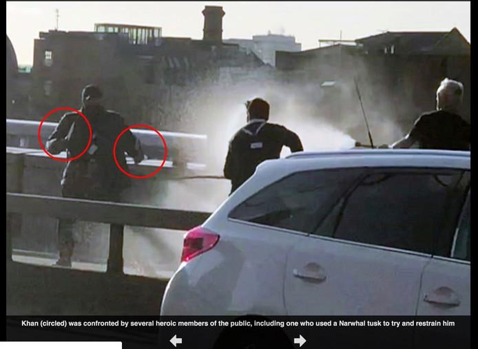 Helden gewapend met een slagtand en brandblusapparaat gaan de strijd aan met de terrorist.