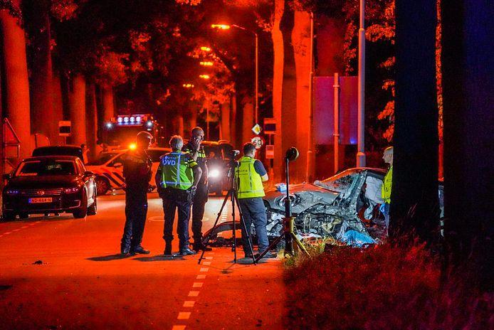 De politie doet onderzoek na het fatale ongeluk in Best.