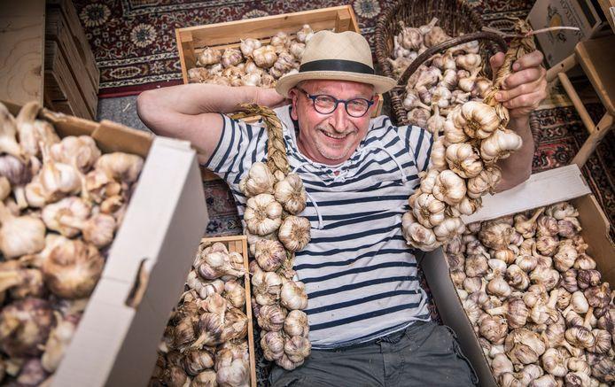Voor de aardigheid kocht Ton Oosterhout ooit 'vijf strengetjes' in Frankrijk. Inmiddels verkoopt hij vrachtwagenladingen aan knoflook in zijn winkeltje 'Vers van de Gers' in Scheveningen.