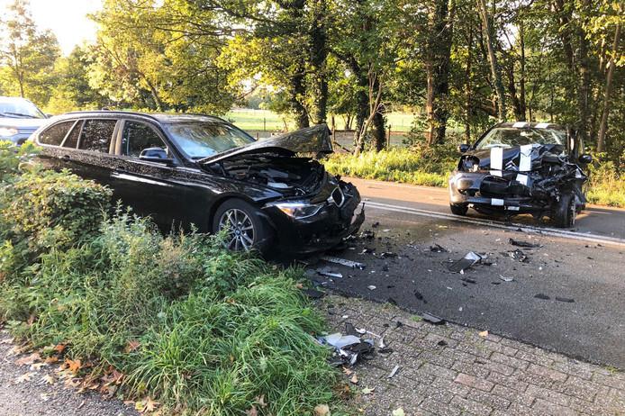 De twee auto's raakten flink beschadigd.