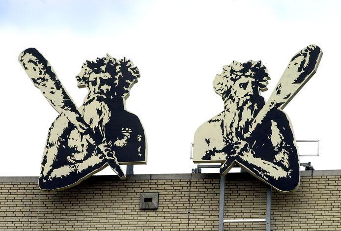 De Knotsenmannen op het dak van het stadskantoor in Bergen op Zoom.