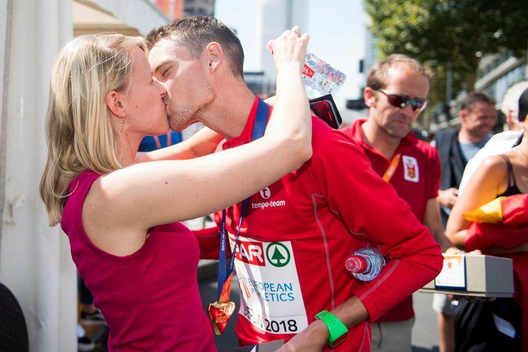 Een zoen van zijn vrouw Elise voor de kersverse Europese kampioen marathon.