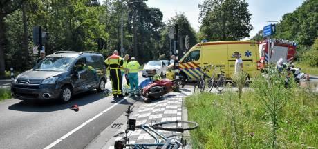 Scooterrijder en fietser door auto geschept in Tilburg, slachtoffers met onbekend letsel naar ziekenhuis