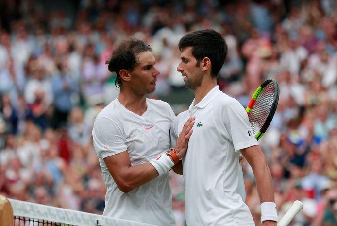 Rafael Nadal feliciteert Novak Djokovic.