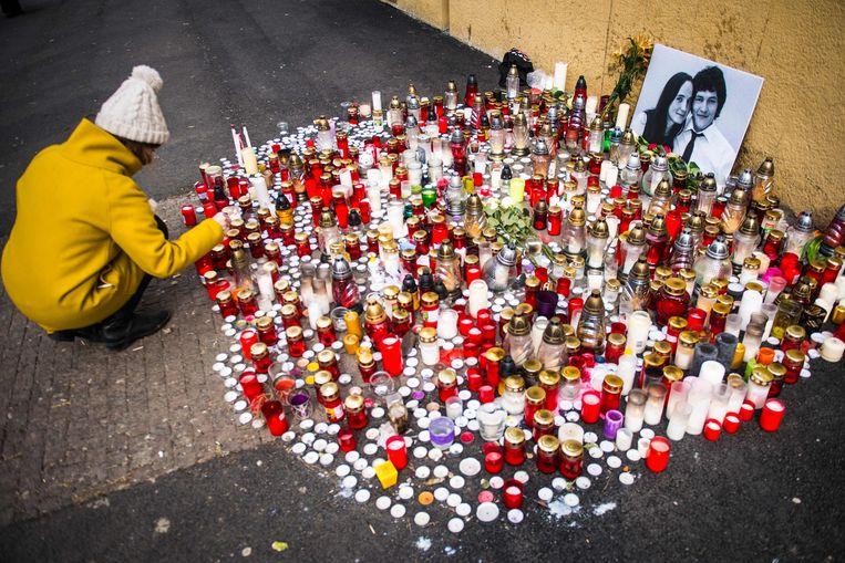 Een gedenkplaats in Bratislava voor de Slowaakse onderzoeksjournalist Jan Kuciak en zijn verloofde. Zij werden bijna twee jaar geleden vermoord.  Beeld AFP