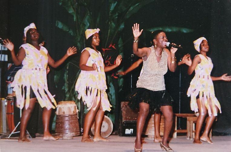 Thelma Ment aan het begin van haar zangcarrière. Ze trad later op onder haar artiestennaam Thelasinga en kleedde zich altijd in originele Surinaamse kledij. Beeld Dana Ploeger