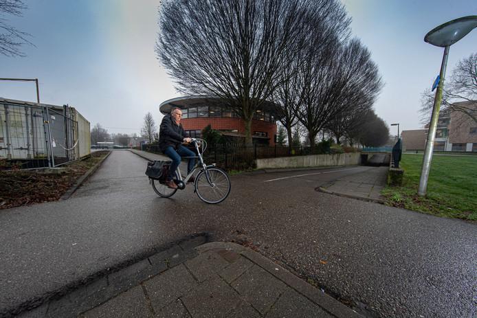 Gerrit Woudenberg moet schuin oversteken om netjes op het fietspad te blijven.