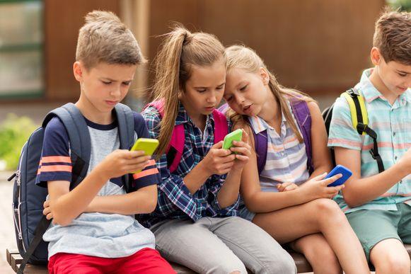 Depressies, zelfmoorden, slechtere studieresultaten: smartphoneverslaving legt een zware hypotheek op onze kinderen, zo blijkt uit steeds meer studies.
